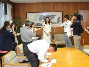 i柏崎市広報専門官として、取材に応じる小田順子の写真